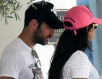 Quên đi World Cup, Fabregas dẫn 'vợ già' đi du hí