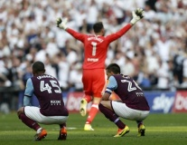 Terry thẫn thờ nhìn Aston Villa gục ngã trước cổng thiên đàng
