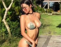'Bạn gái' James Rodriguez đánh cắp show diễn với vòng 1 bốc lửa