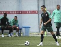 Ronaldo mở khóa dạy ghi bàn trên sân tập Bồ Đào Nha