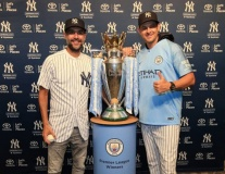 Pep đem cúp đến sân bóng chày, quảng bá cho Man City