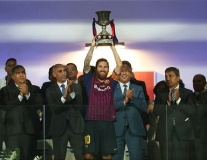 Lionel Messi nâng cao danh hiệu đầu tiên với tư cách đội trưởng của Barca