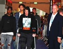De Bruyne chống nạng lê bước khó nhọc đi dự sự kiện cùng Man City
