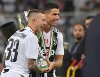 Higuain 'câm nín' vì đồng đội, Ronaldo ra dấu đặc biệt đón cúp