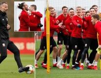 Lần đầu tới đại bản doanh M.U, Bale quẩy cực sung