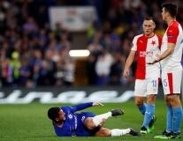 Vớ rách đẫm máu, Hazard vẫn ngoan cường giúp Chelsea đi tiếp