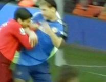 Góc hoài niệm: 'Hàm răng vàng' của Suarez