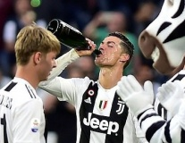 Ronaldo bạc trắng đầu, nốc nguyên chai ngày Juventus đăng quang