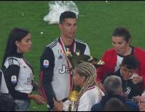 Mãi nâng cúp, Ronaldo có hành động làm đau con trai cưng