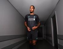 Liverpool tung mẫu áo đấu kỷ niệm 100 năm tri ân người cũ