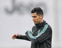 'Kẹp cổ' đồng đội, Ronaldo vui đùa dưới cơn mưa tầm tã