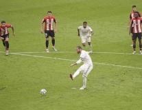 VAR lại hóa 'cứu tinh', Real Madrid tiến gần hơn đến ngôi vương La Liga