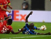Lukaku cosplay Quang Hải, Inter vào bán kết Europa League