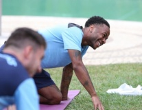 Trước tứ kết, dàn sao Man City luyện môn lạ trong resort cao cấp