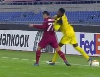 Cựu sao MU bị đấm thẳng mặt ở Europa League