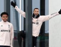 Ronaldo và dàn sao Juve tạo dáng hài hước giữa tuyết rơi