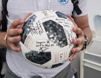 Harry Kane hớn hở khoe quả bóng hat-trick dày đặc chữ ký