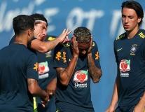 Neymar khổ sở với màn búng tai