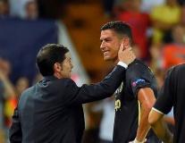 Cristiano Ronaldo khóc như một đứa trẻ, HLV 2 đội phải dỗ dành