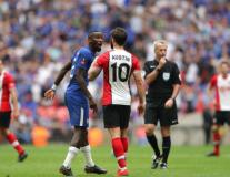 Trung vệ Chelsea, người ôm thắm thiết, kẻ chỉ thẳng mặt tiền đạo Southampton