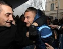 Sao Lazio gượng cười khi bị fan 'đè đầu cưỡi cổ'