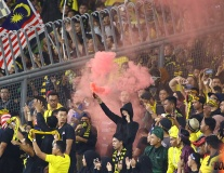 Hòa hú vía với Việt Nam trên sân nhà, fan Malaysia đốt pháo khói ăn mừng