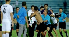 """Nam Định thua trận, CĐV vào sân định """"tẩn"""" trọng tài"""