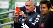 Bị CĐV ném đá, Mourinho xóa luôn tài khoản mạng xã hội