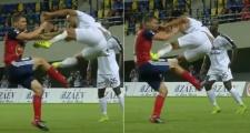 Pha kungfu của De Jong được tái hiện ở Champions League