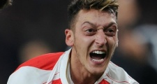 CĐV Arsenal mỉa mai tình huống Ozil nổi điên với đồng đội