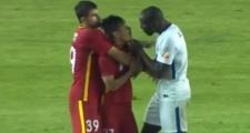 Demba Ba xách cổ cầu thủ Trung Quốc vì bị phân biệt chủng tộc