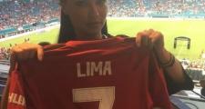 Adriana Lima - 'thiên thần nội y' nóng bỏng khoe áo đấu Man Utd