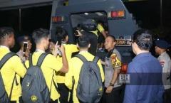CĐV Indonesia quá khích, tuyển thủ Malaysia phải rời sân bằng xe bọc thép