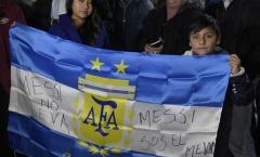 Bất ngờ với màn chào đón Leo Messi của fan Argentina