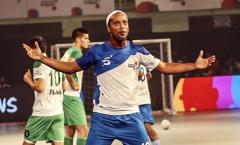 Ronaldinho ghi 5 bàn trong chiến thắng trước đội của Paul Scholes