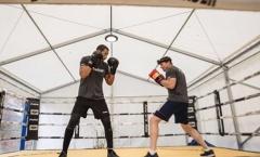 Ferdinand tập luyện đặc biệt, sẵn sàng cho lần đầu thượng đài boxing