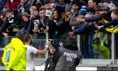 Higuain bắt chước Hazard tặng áo theo yêu cầu từ fan nhí