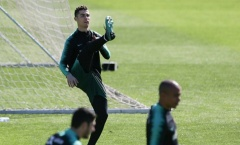 Ronaldo mang vũ khí mới vào sân tập của Bồ Đào Nha