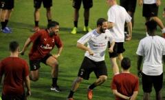 Sắp đến Chelsea, Higuain va chạm gây sốc với Gattuso trên sân tập