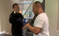 Mang bóng Champions League về nhà, Neymar bày trò 'hỗn' với bố