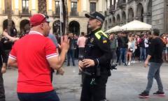 CĐV Liverpool quậy tưng bừng, hành hung người dân tại Barca