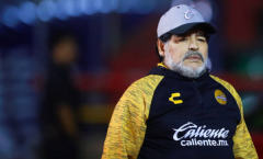 Hưởng lợi từ trọng tài, Maradona vẫn không thể đánh bại CLB bất bại