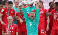 Thủ quân Neuer hành động cao cả trong lễ nâng cúp Bayern