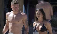 Đi nghỉ ở tận Hy Lạp, tiền vệ Chelsea bị bắt gặp đang trong tay với cô gái lạ