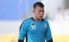 Hy hữu: BTC V-League vinh danh thủ môn Hà Nội vì bắt sai luật?