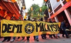 CĐV Malaysia náo loạn phố cổ Hà Nội trước trận chung kết
