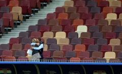 Khoảnh khắc lắng đọng khi HLV Southgate được vợ ôm an ủi sau thất bại