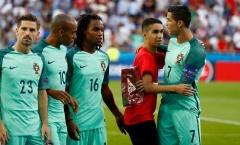 """Ronaldo lại """"đốn tim"""" NHM vì hành động đẹp với fan nhí"""