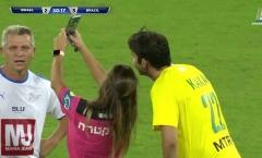 Quá mê Kaka, trọng tài nữ hành động khó tin ngay trong trận đấu