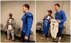 Gặp gỡ người khổng lồ, Hazard 'tẽn tò' đổi áo chụp hình
